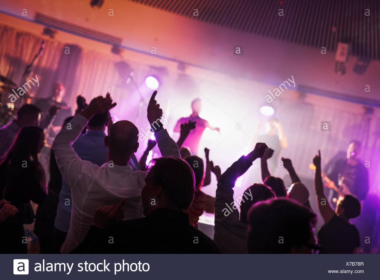 Finlandia, Varsinais-Suomi, Turku, ventiladores en el festival de música de baile Imagen De Stock