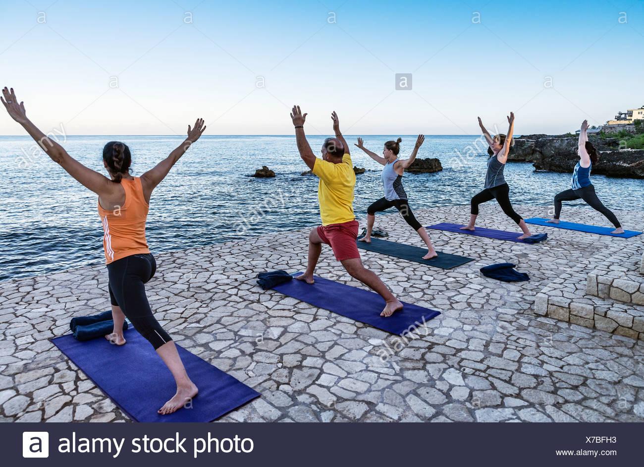 Waterfront instrucción en un retiro de yoga Negril, Jamaica Foto de stock