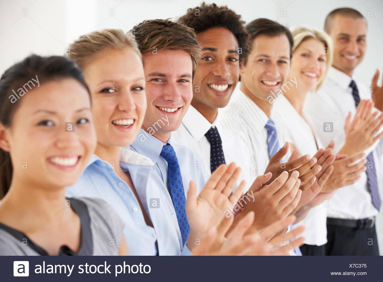 Línea de feliz y positiva en la empresa personas aplaudiendo Imagen De Stock