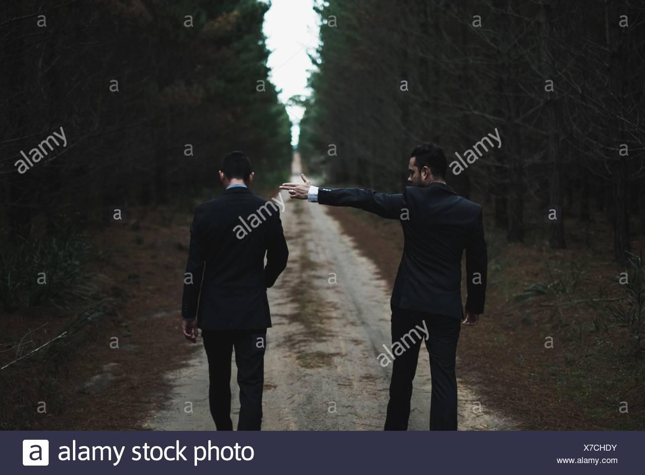 El hombre señalando con el dedo a otro hombre Foto de stock