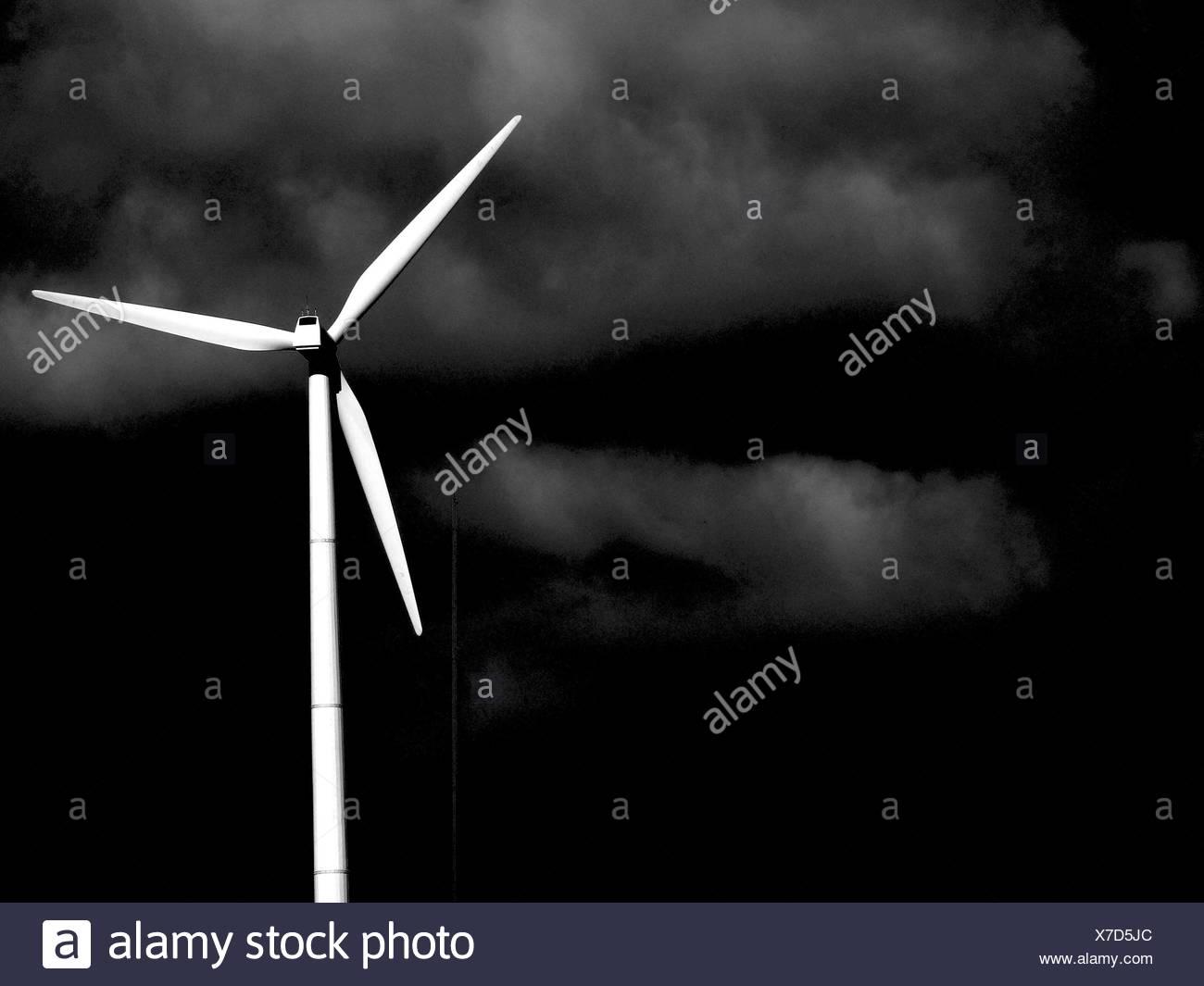 El molino de viento contra el cielo Imagen De Stock