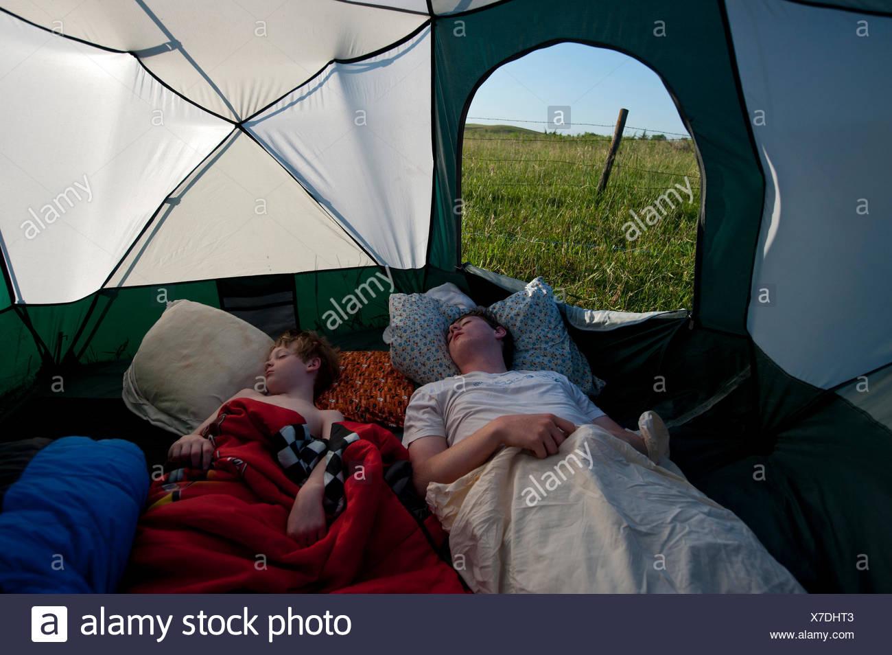 Dos hermanos dormir durante un viaje de camping. Imagen De Stock