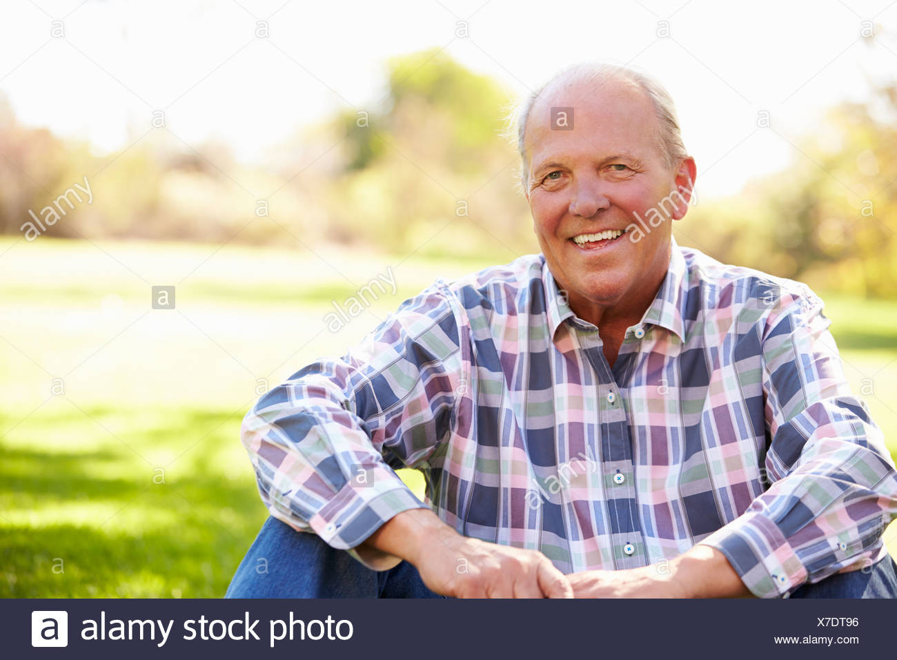 Hombre senior en relajante paisaje otoñal Foto de stock