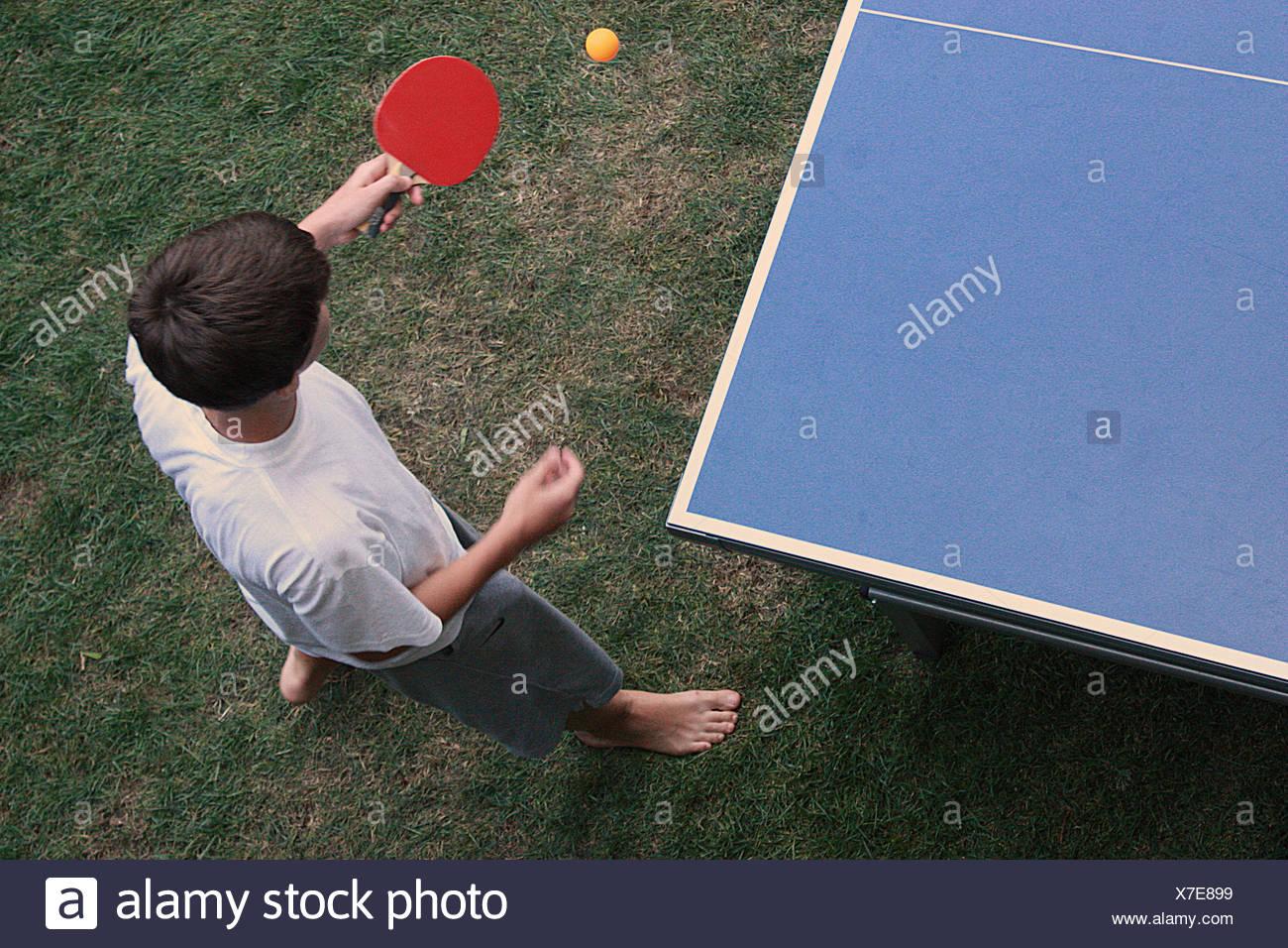 Vista elevada de chico jugando a tenis de mesa Imagen De Stock