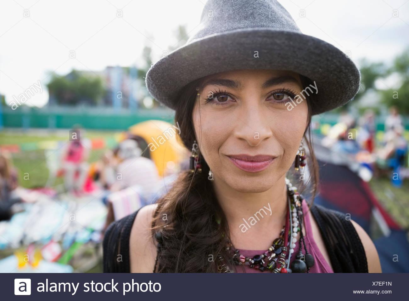 Retrato de cierre seguro joven luciendo fedora en el festival de música de  verano camping Imagen 87917a0ea6a