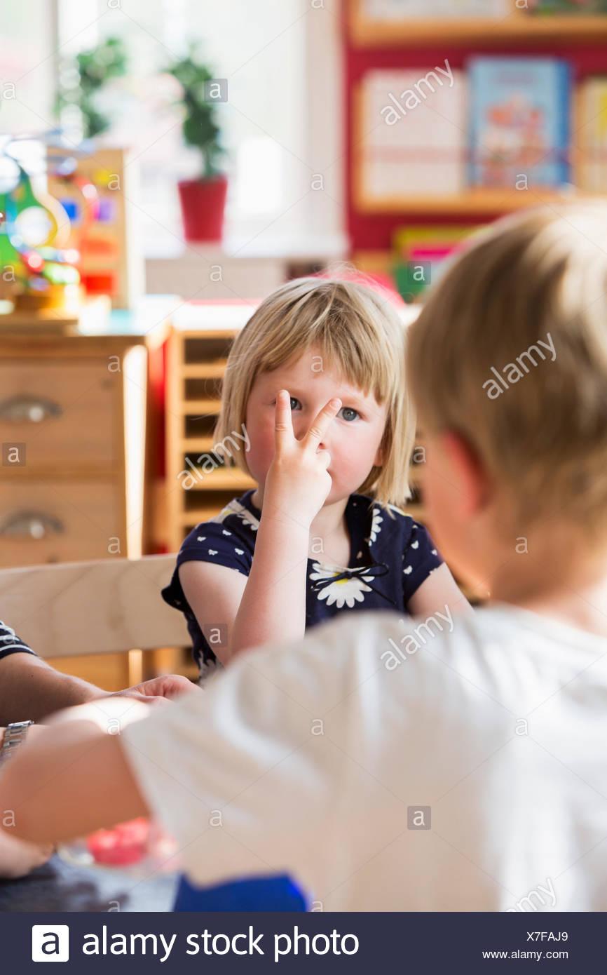 Suecia, niños jugando en kindergarten. Imagen De Stock