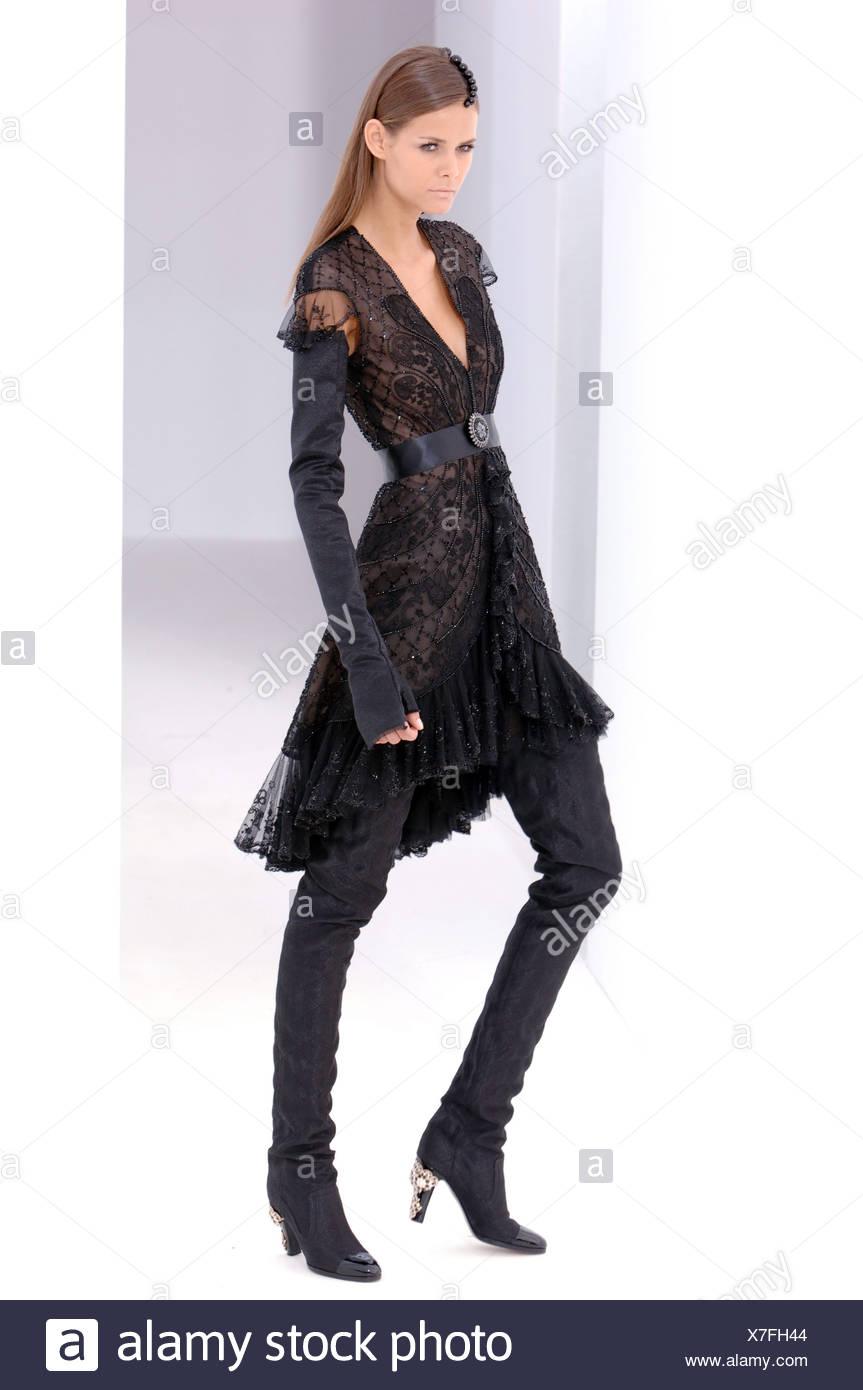 b01d818f5 Chanel de Alta Costura de París otoño invierno modelo Morena luciendo un  vestido de encaje negro