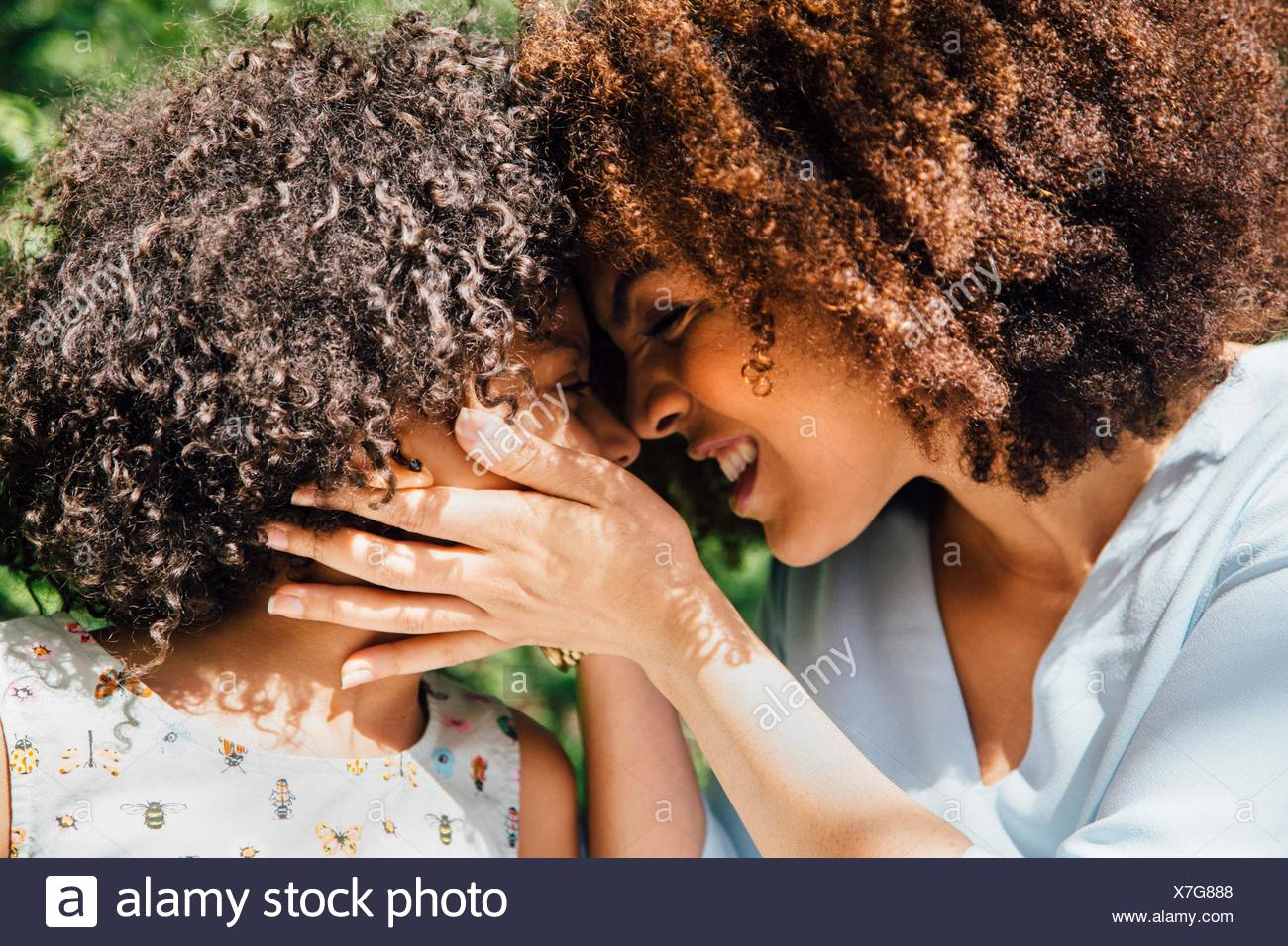 Cerrar vista lateral de la madre y la hija de nariz a nariz Imagen De Stock