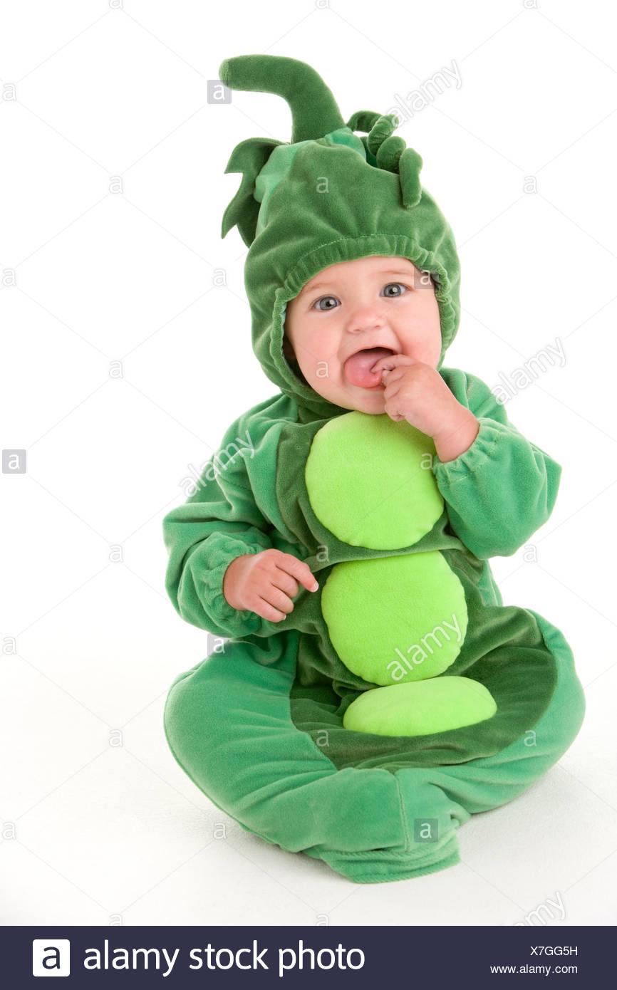 Bebé en los guisantes en traje pod Imagen De Stock