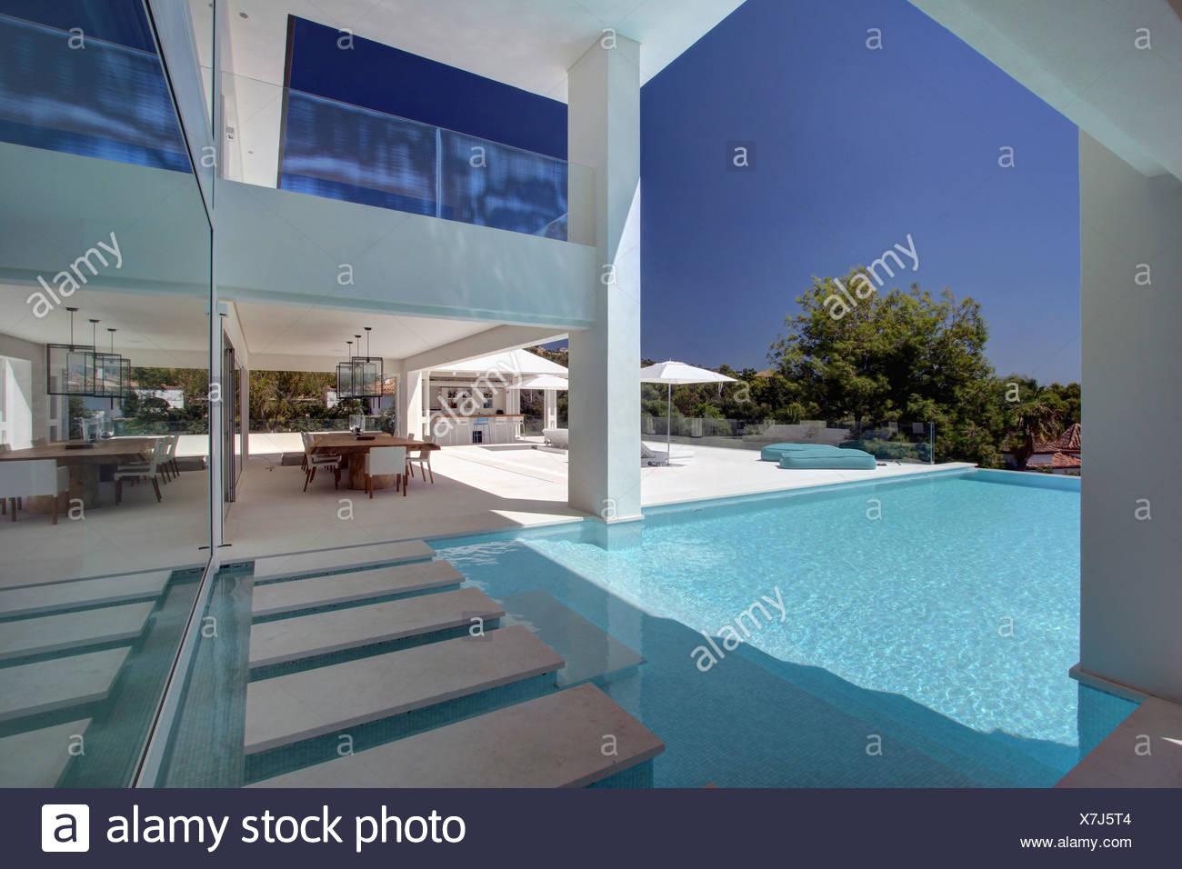 Pavimentación En Piscina De Gran Villa Española Moderna Con