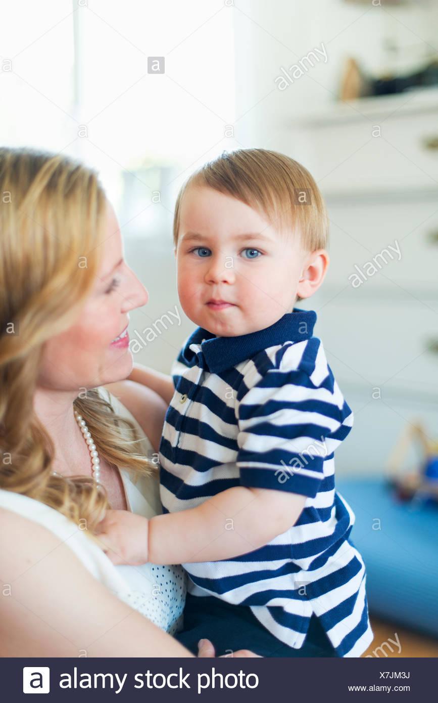 Suecia, Retrato de boy (18-23 meses) con la madre Foto de stock