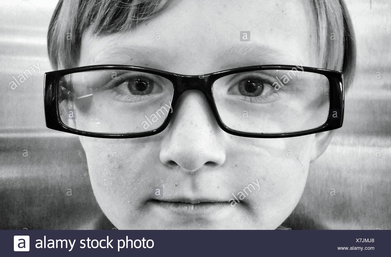 Retrato de niño llevar gafas. Imagen De Stock