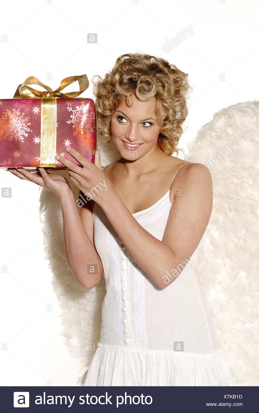 9988c8b1f799 Mujer joven rubia alas de ángel sonriente celebra alegremente-regalo ...