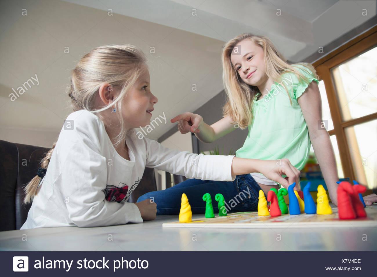 Dos hermanas jugando juegos de tablero, Baviera, Alemania Imagen De Stock