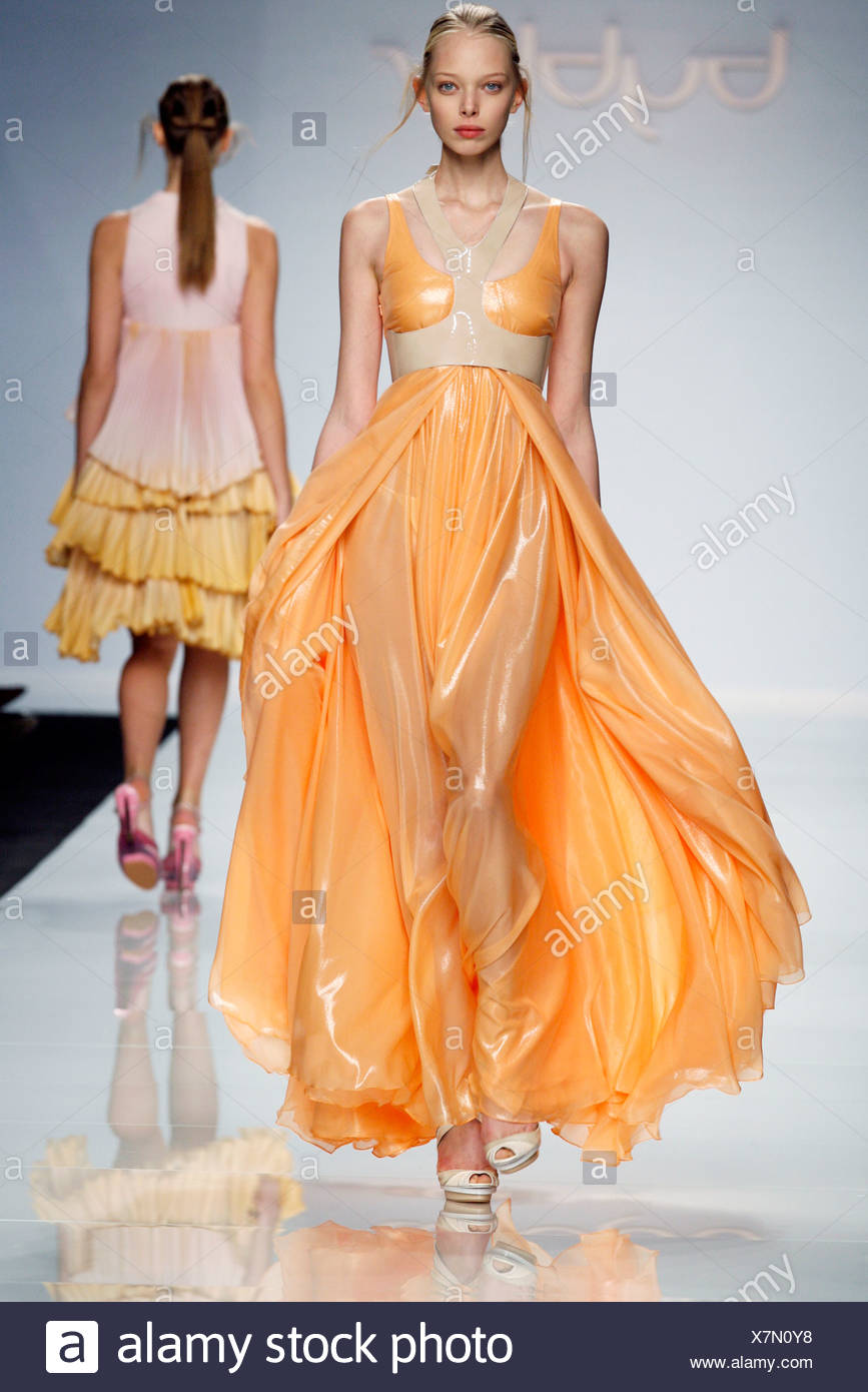 3b0793c2c Byblos Milán listo para vestir Primavera Verano modelo ruso Polina ...