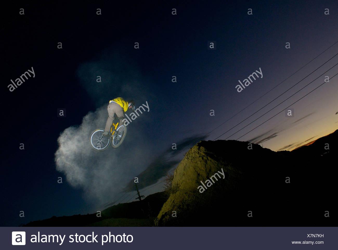 Un hombre libre paseo en bicicleta en Boulder, Colorado. Imagen De Stock