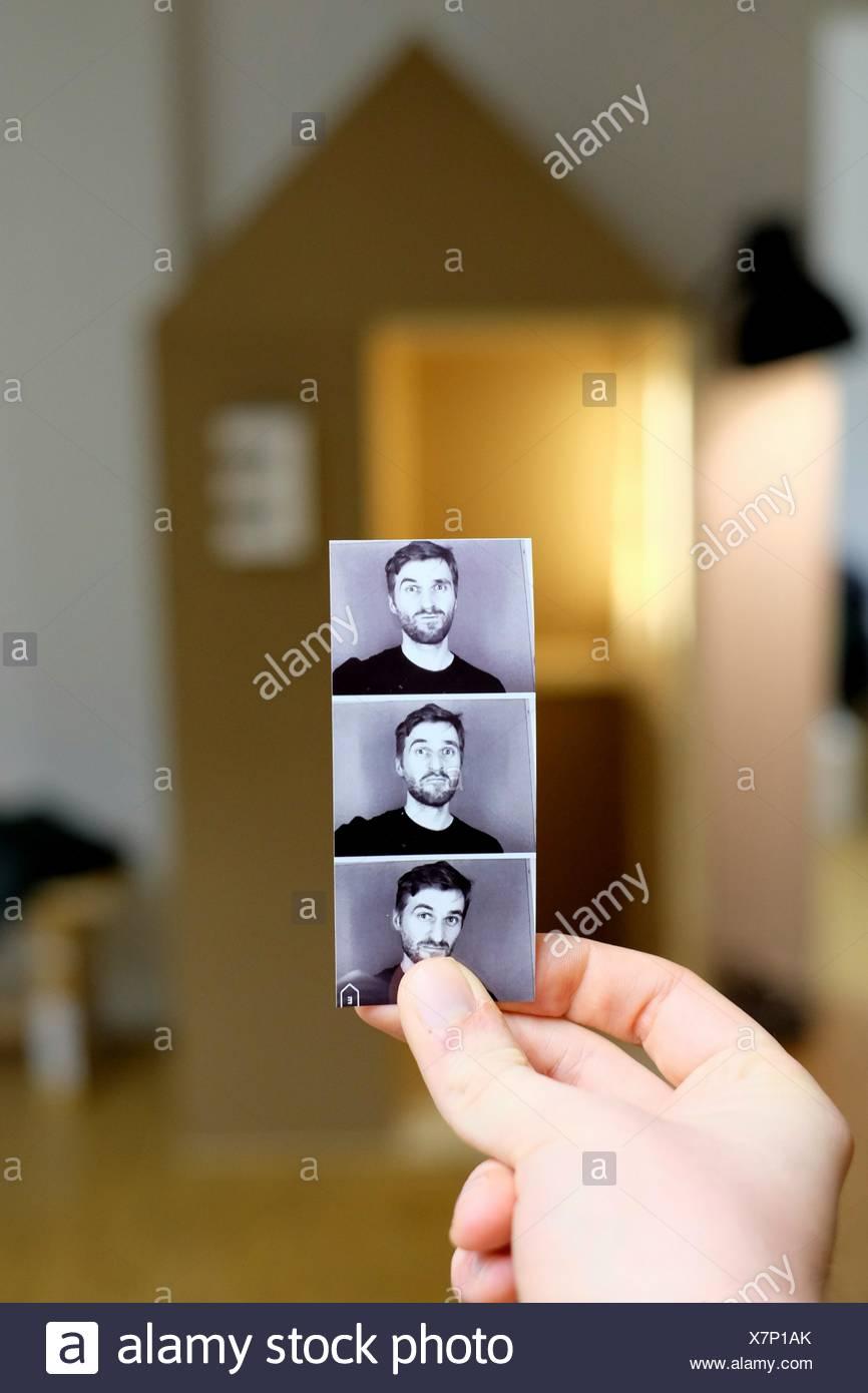 Hombre sujetando Fotomatón imágenes Imagen De Stock