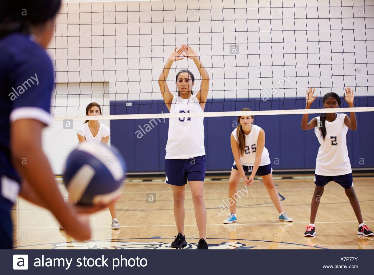 High School Volleyball Match en el gimnasio Imagen De Stock