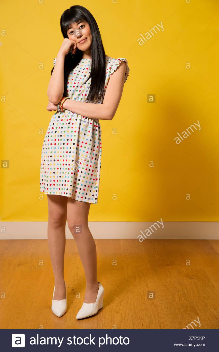 d4d02d27b3 Retrato de joven mujer vistiendo vestido manchado con la mano en la  barbilla Imagen De Stock