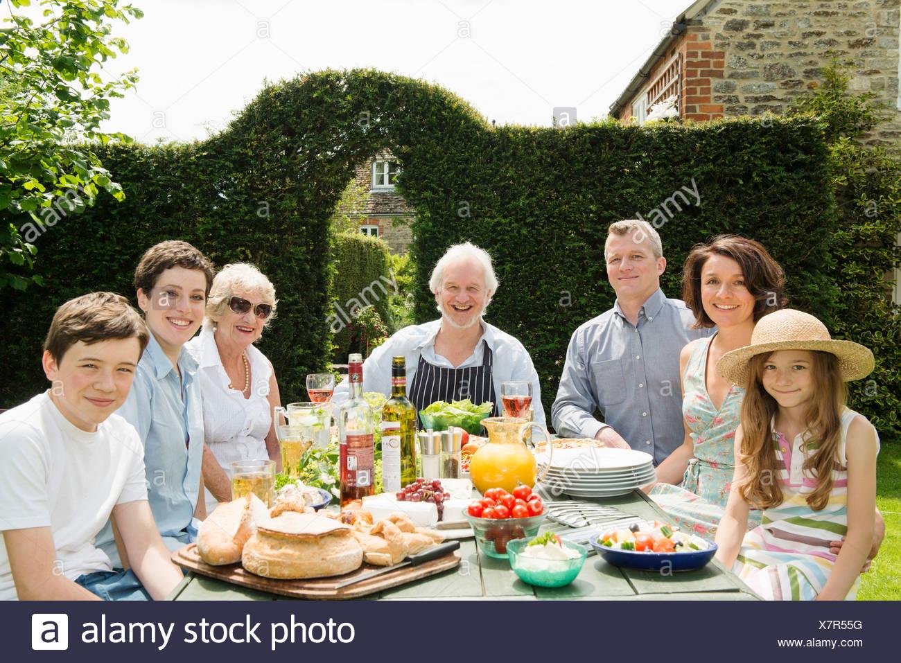 Retrato de familia de tres generaciones de disfrutar de la comida al aire libre Foto de stock