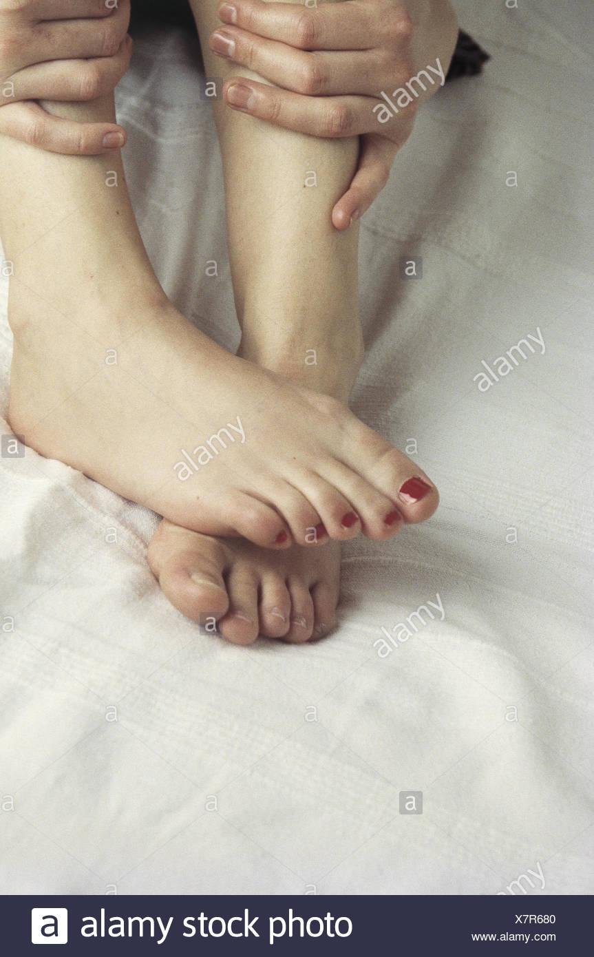 La cama, mujer, pies, manos, cerca, muy cerca, en el interior ...