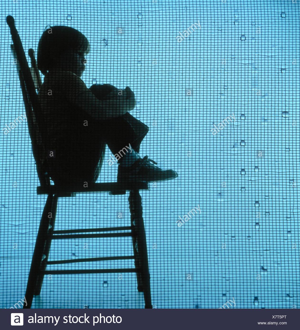 niño cayendose de una silla imagenes