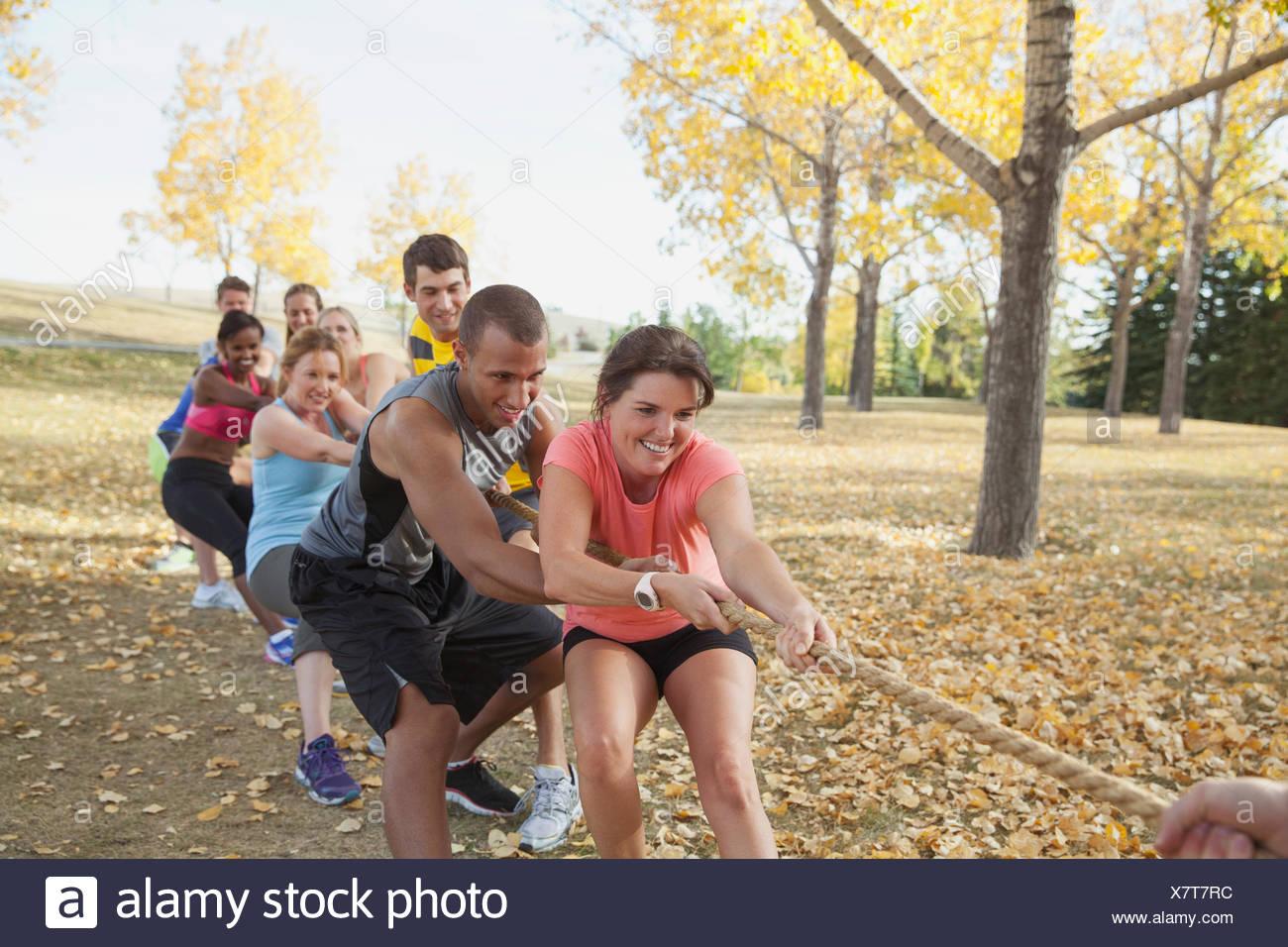 Clase de gimnasia haciendo Tug of War afuera. Imagen De Stock