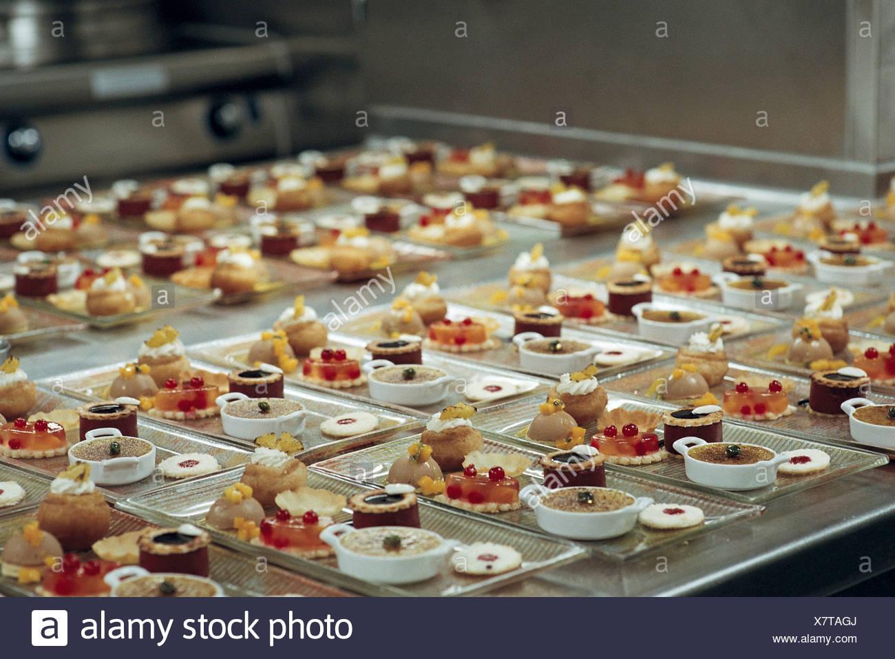 Comida preparada en la cocina comercial Imagen De Stock