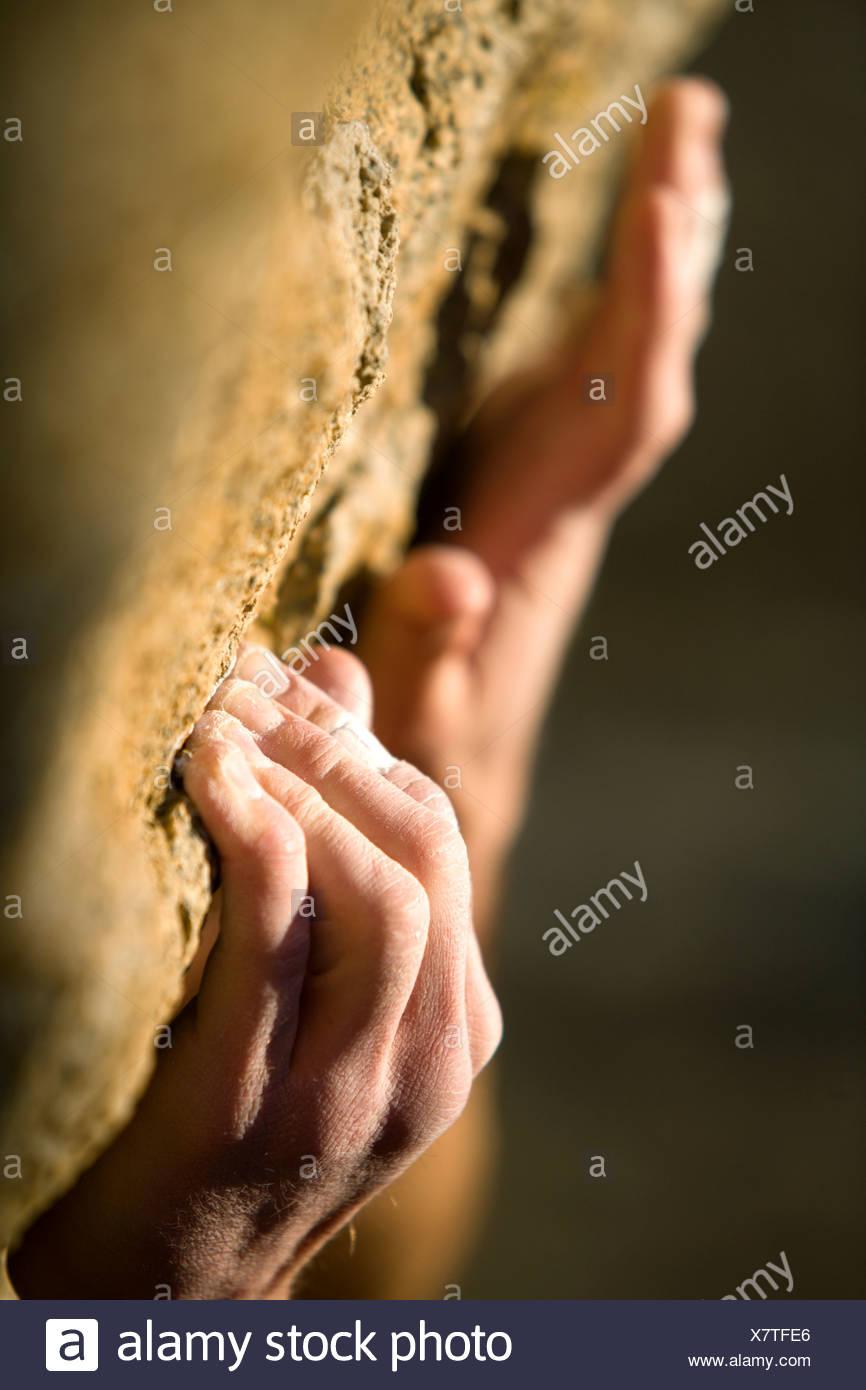 Agarre de manos de escalada en roca. Foto de stock