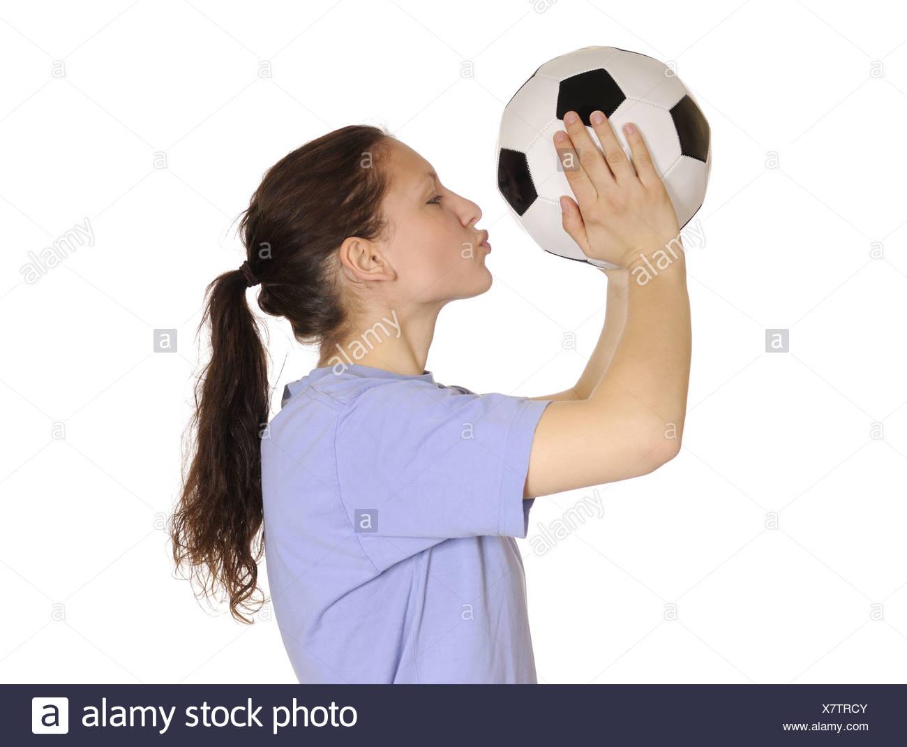 Mujer joven besar a una pelota de fútbol Foto   Imagen De Stock ... c9350bd74dbc2