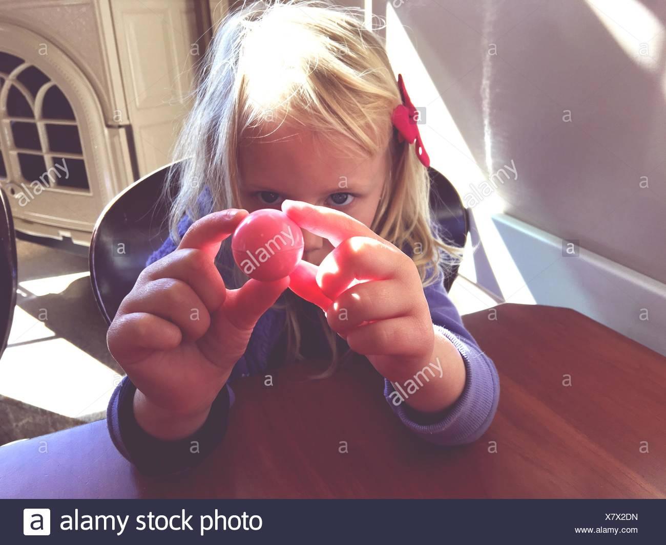 Primer plano de la chica rubia con balón en casa Imagen De Stock
