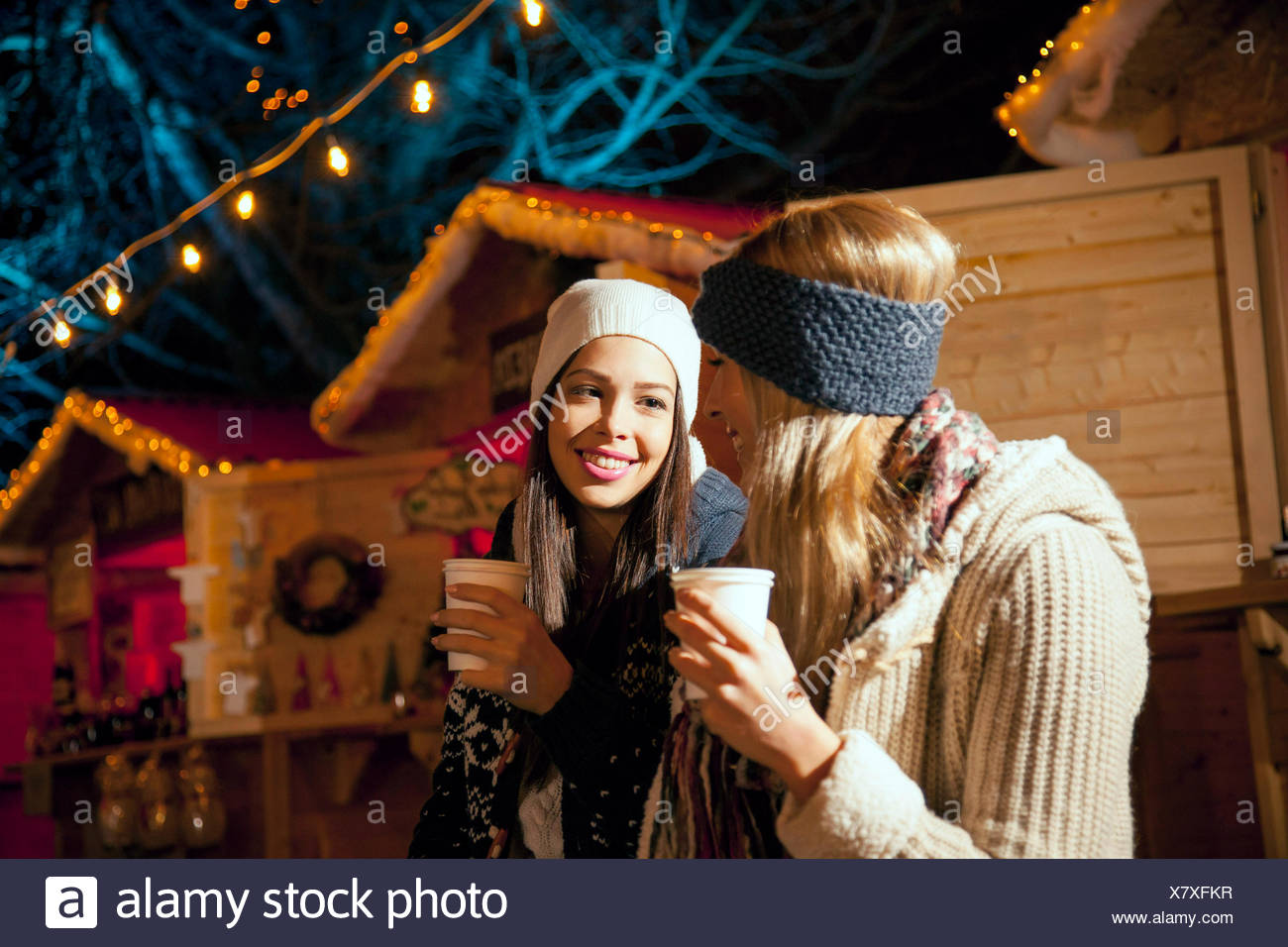 Dos mujeres beber punzón en Mercado de Navidad Foto de stock