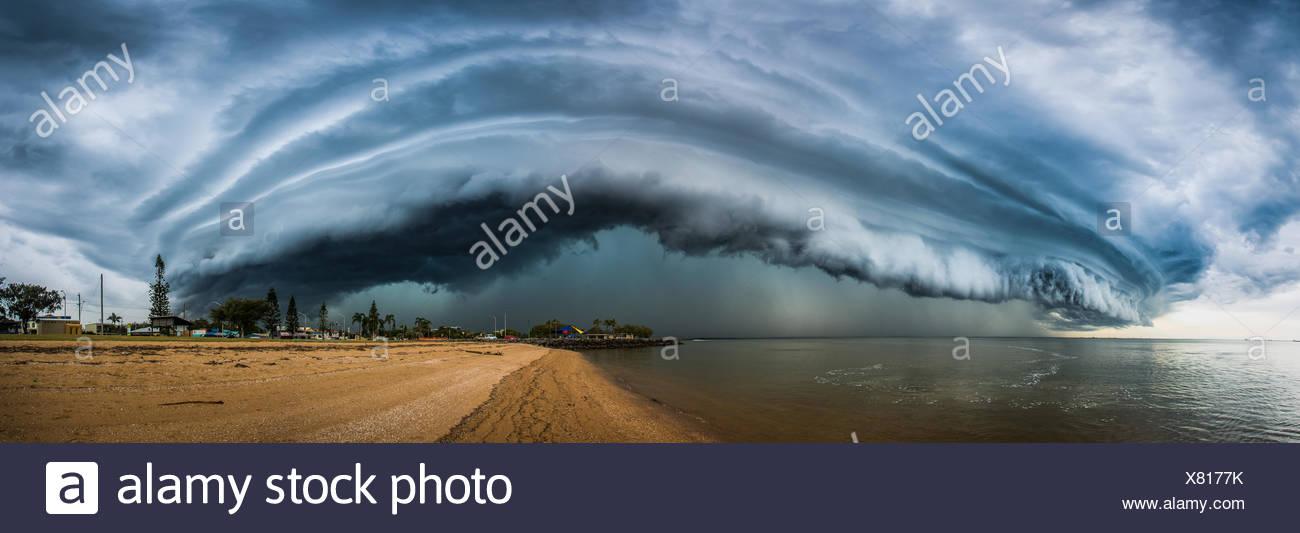 Nubes de tormenta sobre playa, Redcliffe, Australia Imagen De Stock