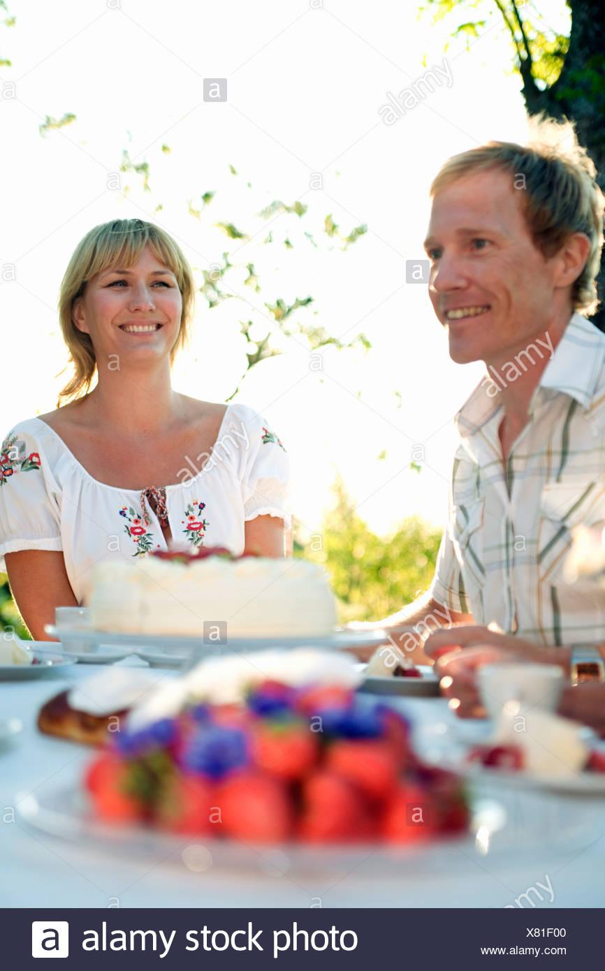 Dos personas y una tarta de fresas, Fejan, archipiélago de Estocolmo, Suecia. Foto de stock