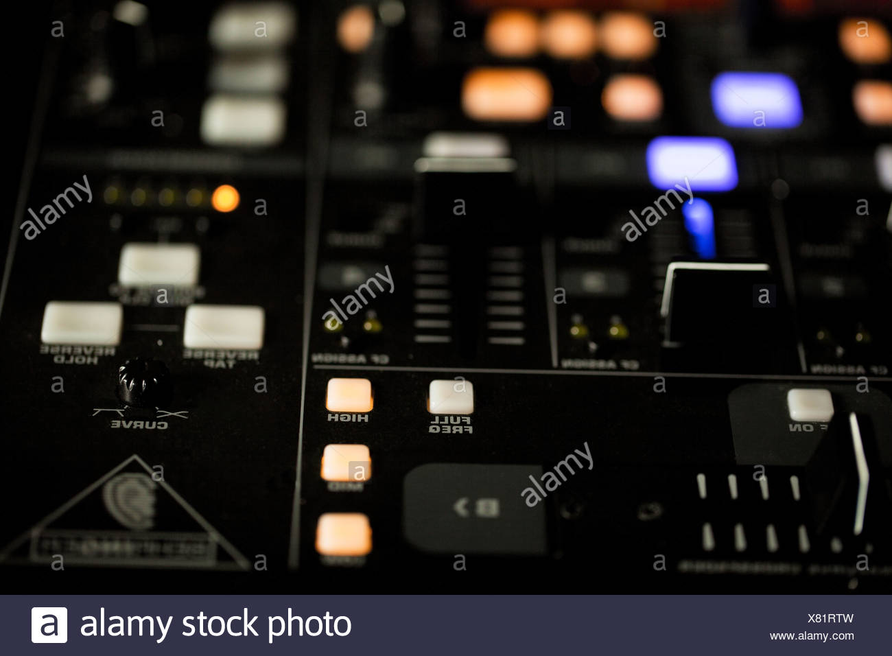 Luces iluminadas en un DJ deck Foto de stock