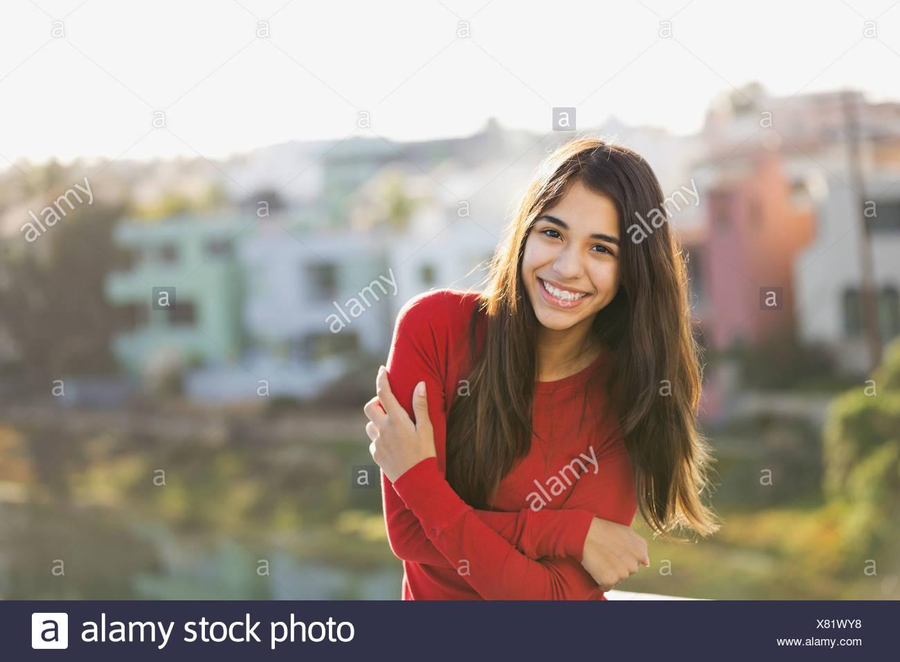 Retrato de niña de pie afuera Imagen De Stock