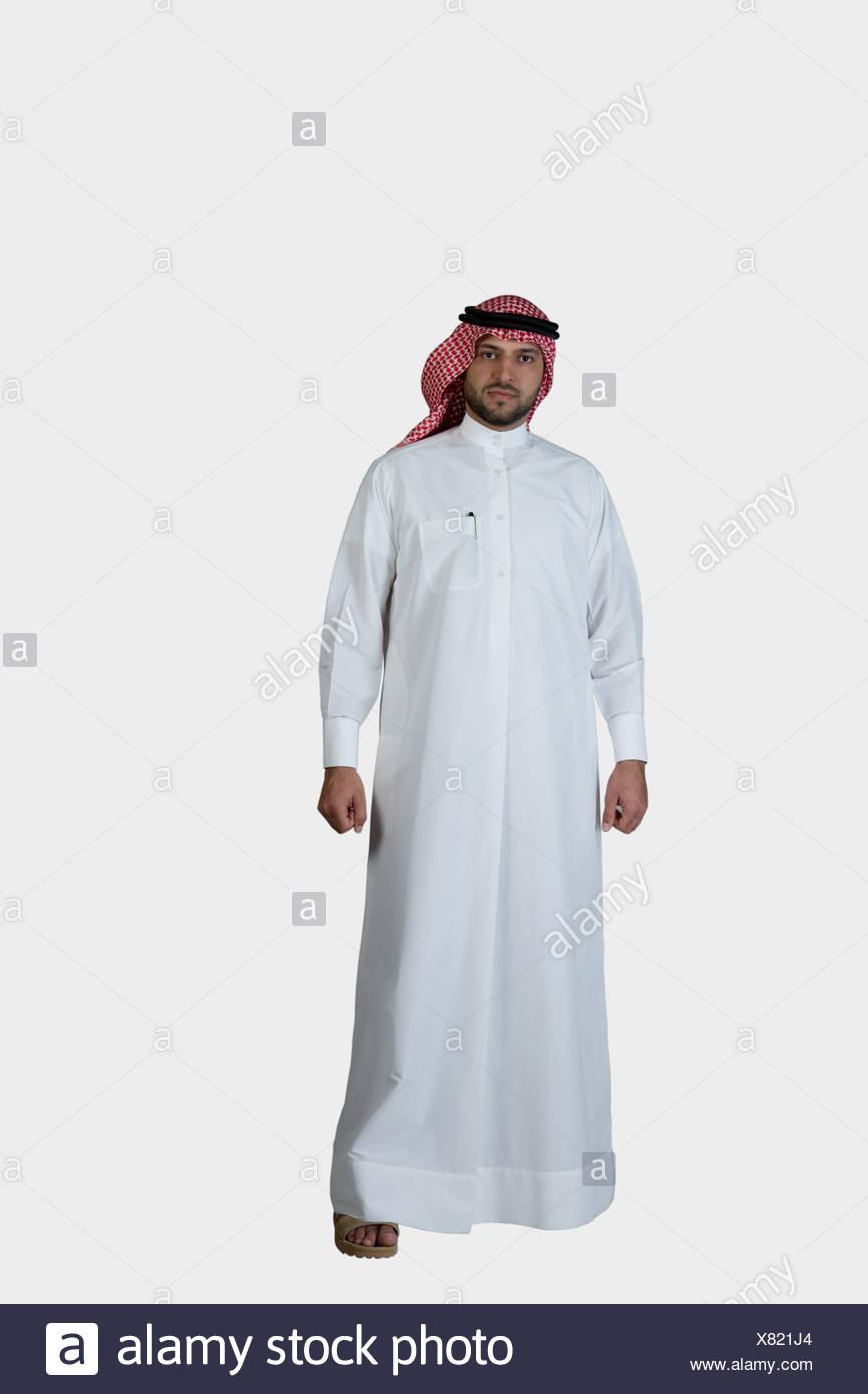 046b57e2e769 Árabe hombre vestido con un traje tradicional, mirando a la cámara ...