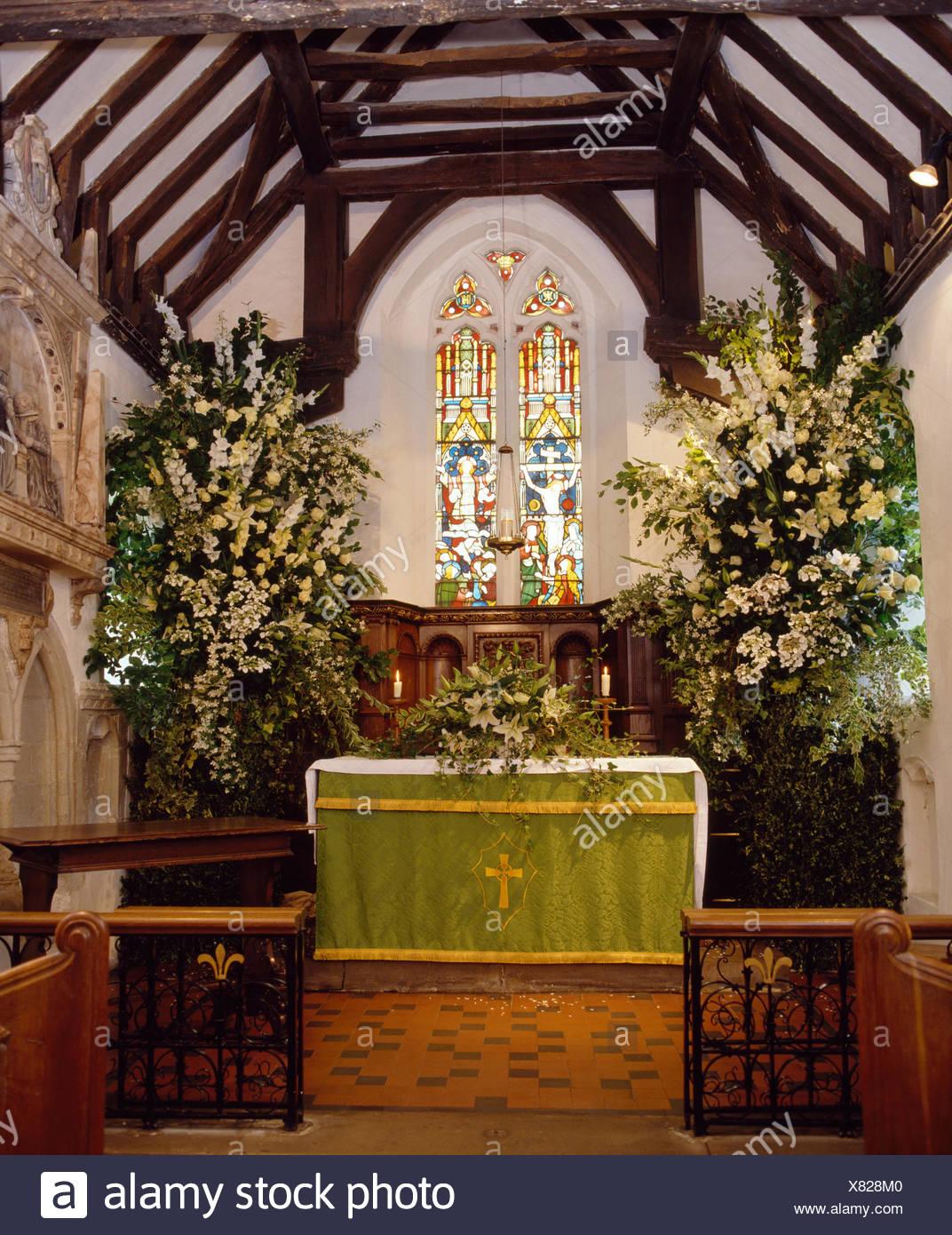 País Iglesia Decorada Para Una Boda Con Rosas Blancas Y