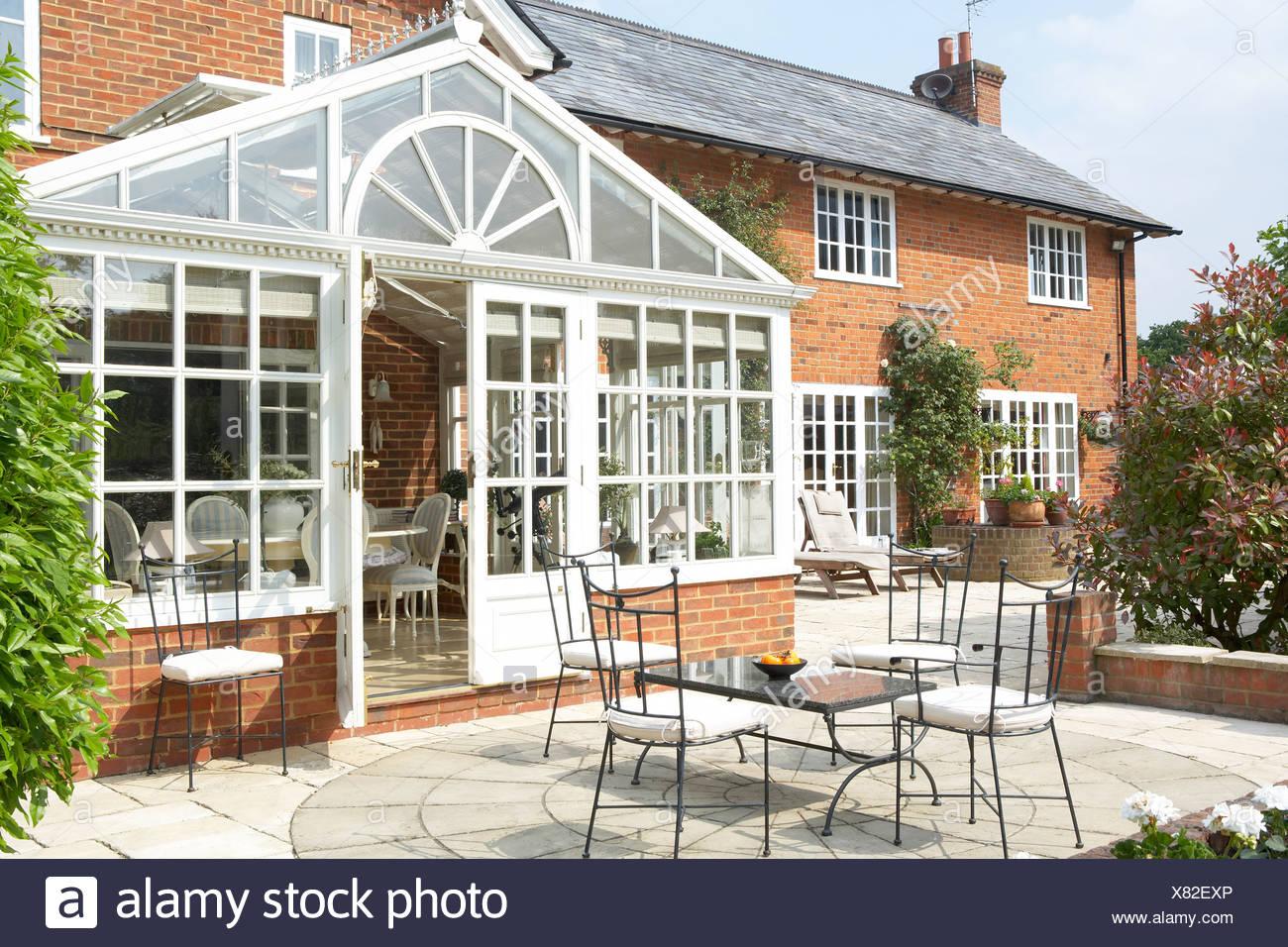 Exterior de la casa con jardín de invierno y patio Imagen De Stock