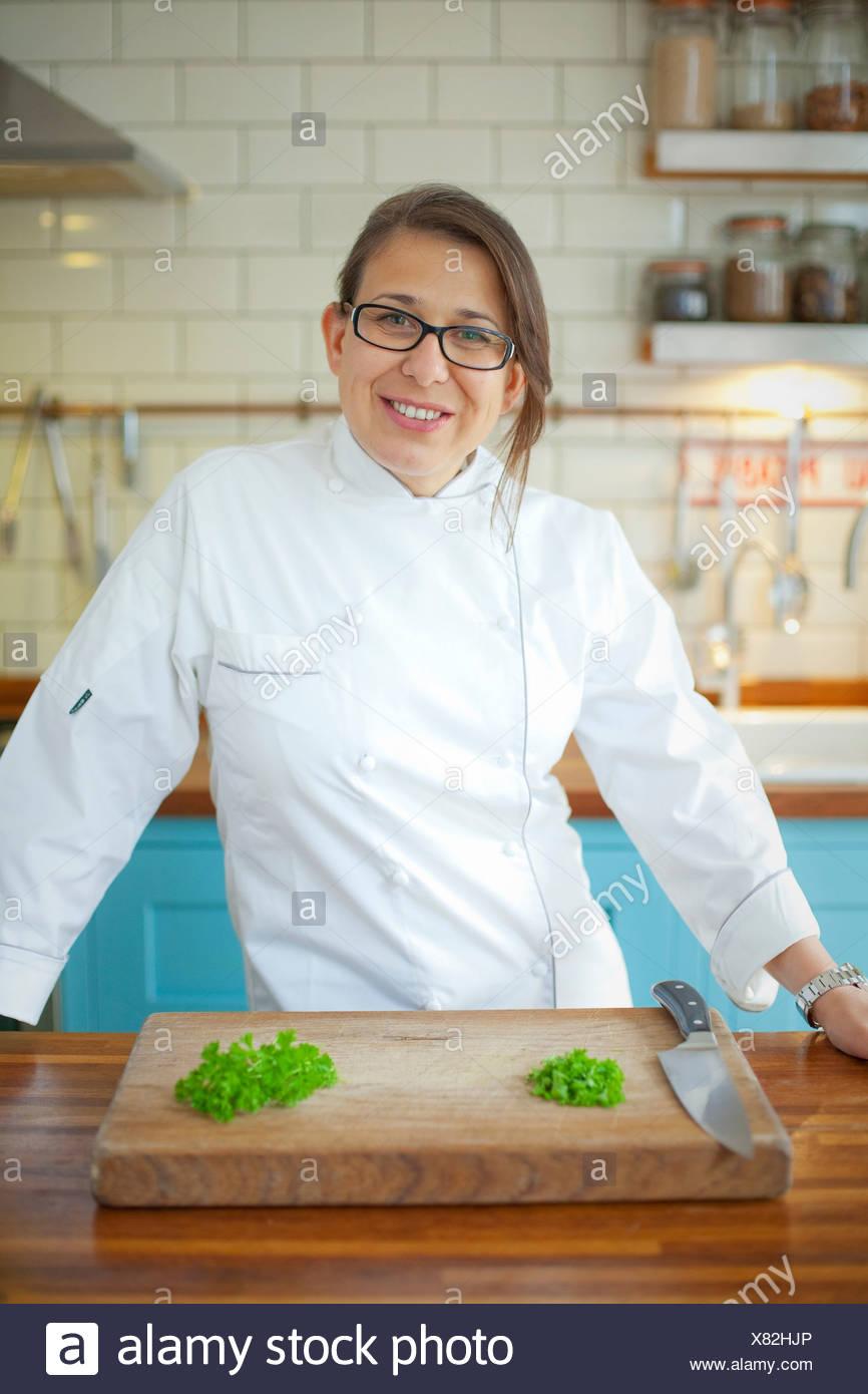 Retrato de mujer chef en cocina comercial Imagen De Stock