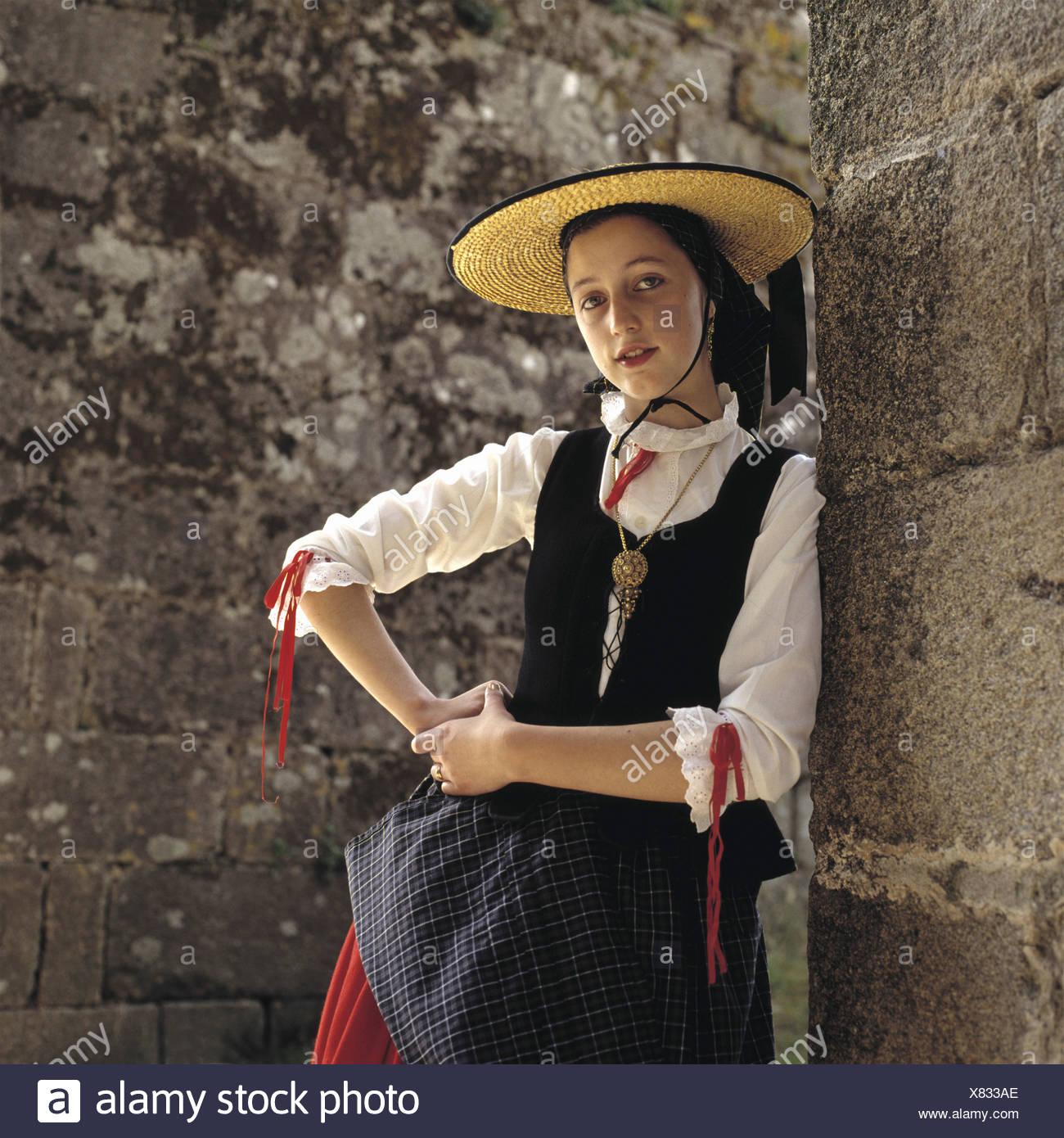 Mujer Joven En Ropa Tradicional Gallega De Santiago De Compostela Galicia España Fotografía De Stock Alamy