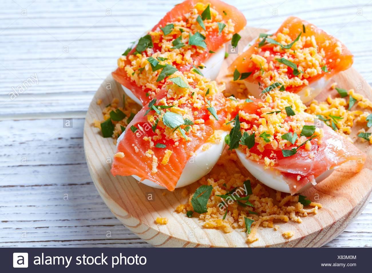 Huevos Rellenos Con Salmón Y Pinchos Tapas De España Recetas
