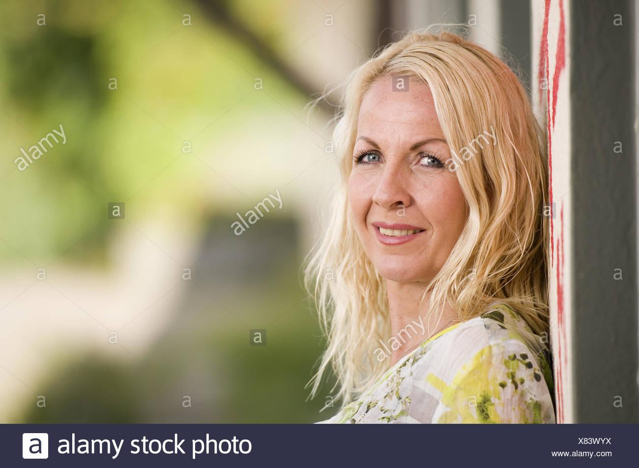Mujer de mediana edad en la pared Imagen De Stock