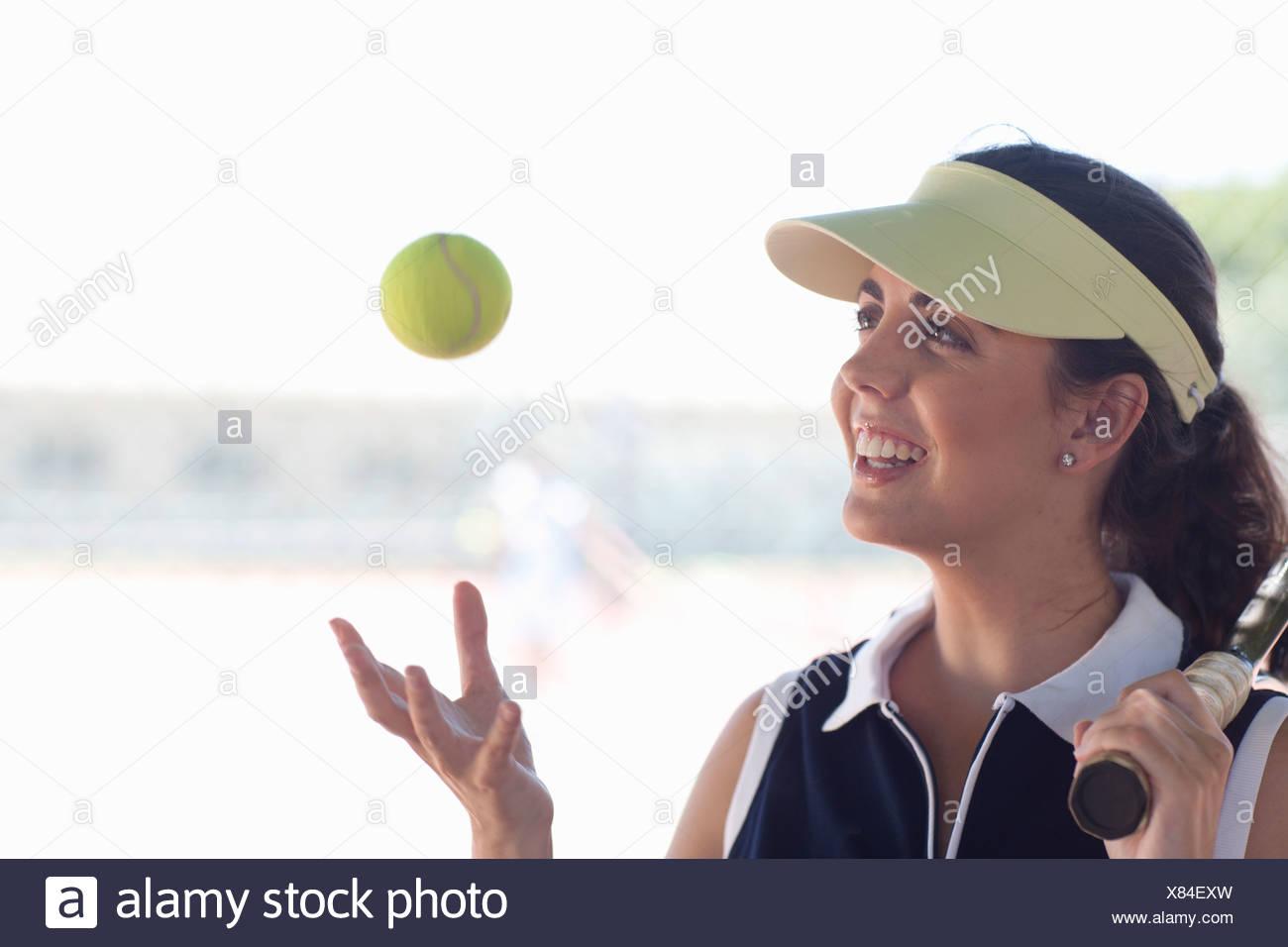 Jugador de tenis arrojando la bola Imagen De Stock