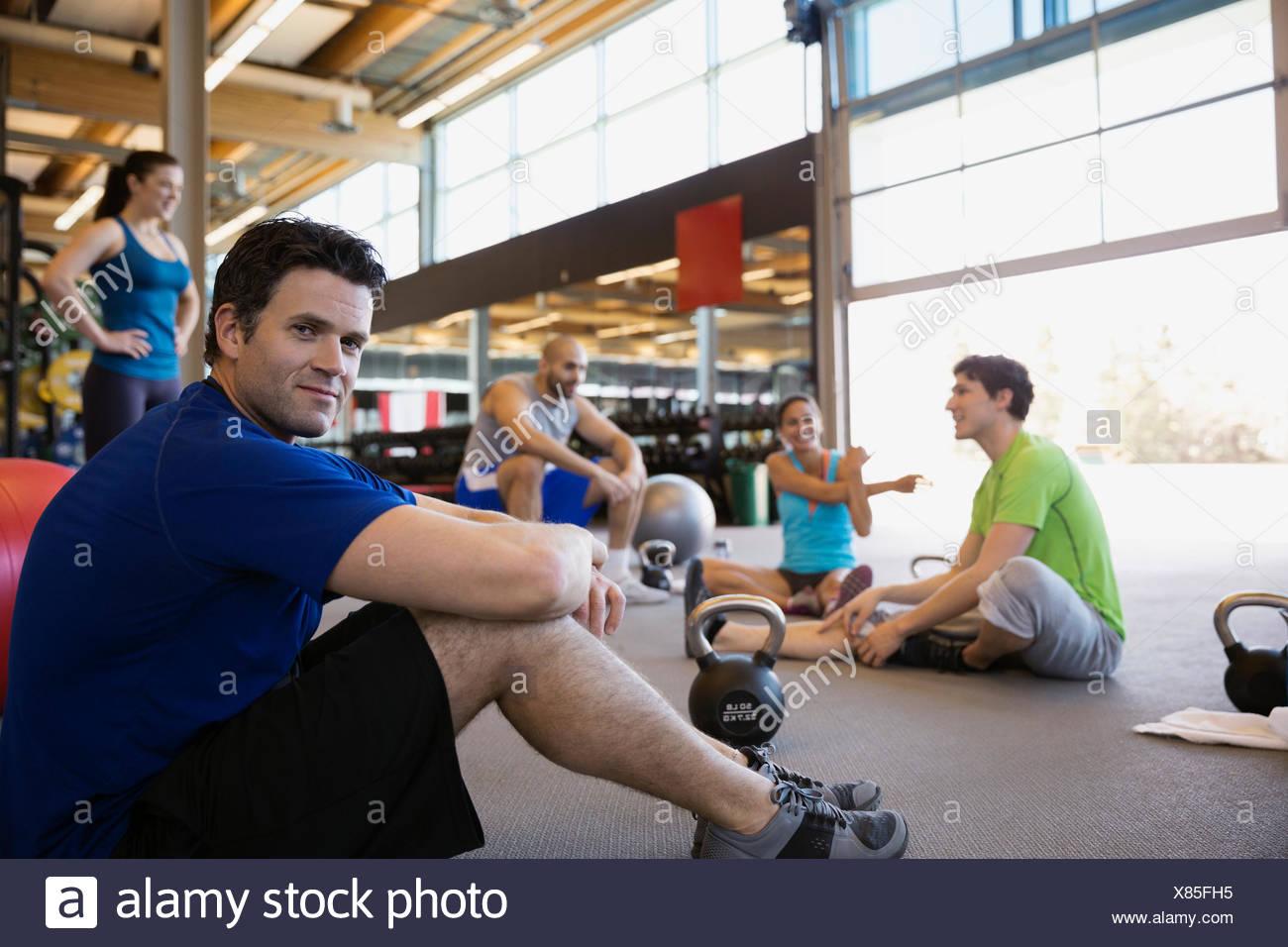 Retrato hombre que confía en el ejercicio en el gimnasio de vidrio Imagen De Stock