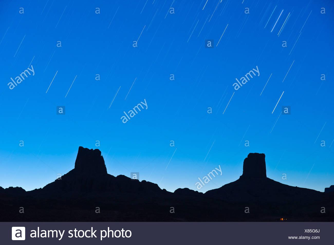 Plagado de estrellas del cielo sobre imponentes rocas, llamada Madame y Monsieur, Bab n'Ali, Djebel Sarhro montañas, sur de Marruecos. Foto de stock