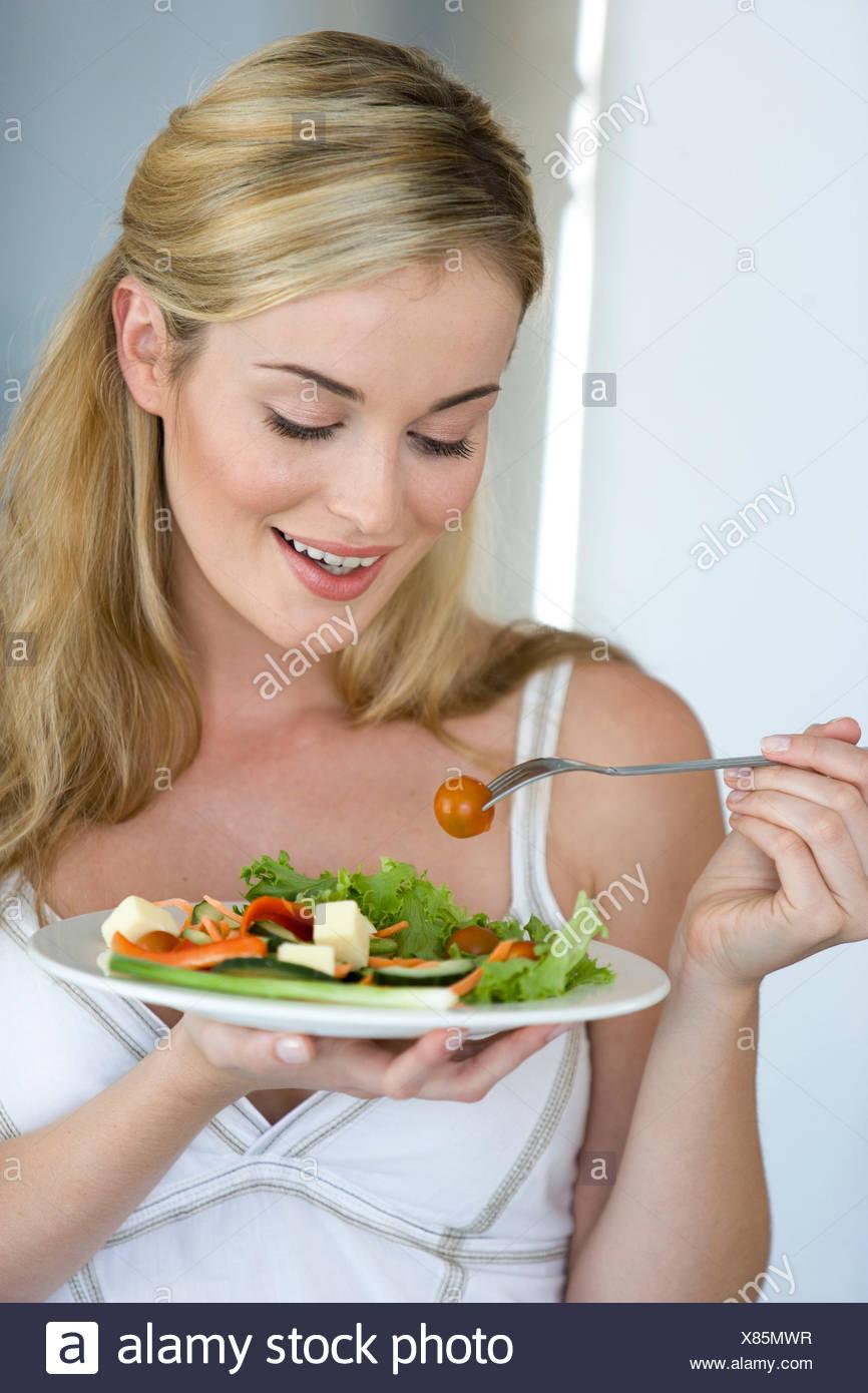 Joven Mujer rubia con plato de ensalada Imagen De Stock