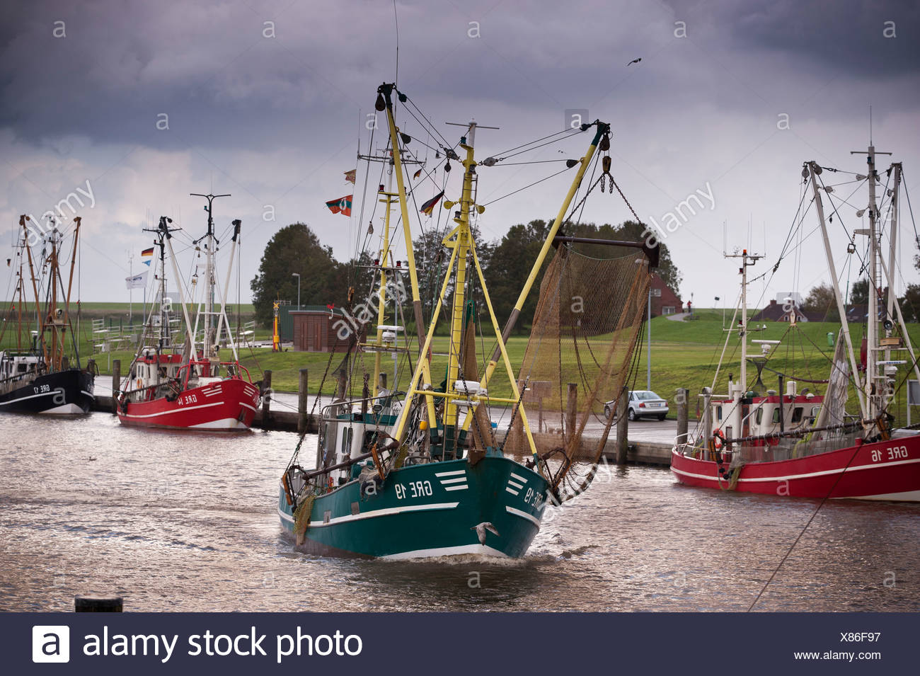 Arrastrero shrimper camarones o en el puerto de Greetsiel, Frisia Oriental, Baja Sajonia, Alemania, Europa Foto de stock