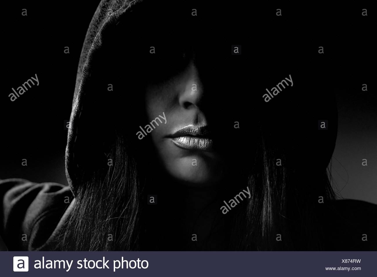 Primer plano de la mujer vistiendo la camiseta con capucha en interiores Imagen De Stock