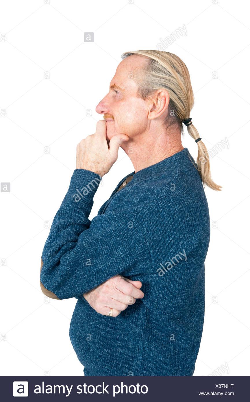 Foto de estudio, Release, considerar el recorte, fondo blanco, hombre, retrato, inteligentemente, el gesto, el mentón apoyado hacia arriba, vista lateral, hor Foto de stock